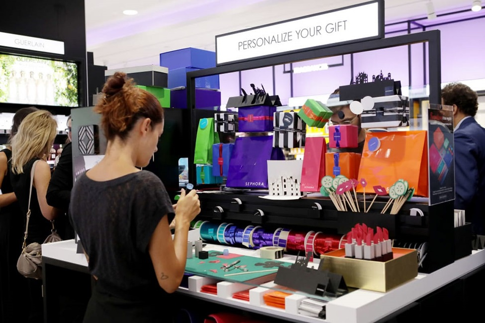 Virtual Reality Applications: Rejuvenating the Global Shopping Experience