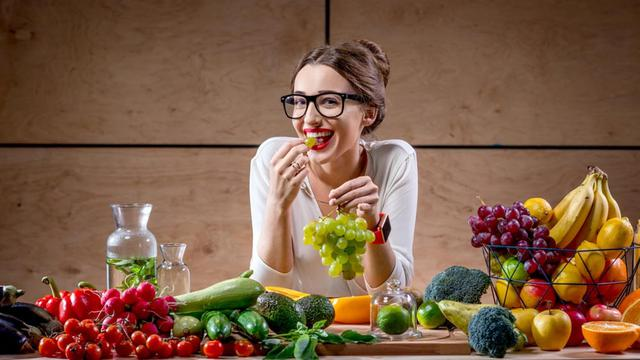 Raw Diet: Pros, Cons & How To Stick To It