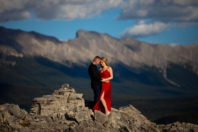 Top 6 Engagement Photo Poses That Calgary Photographers Prefer the Most